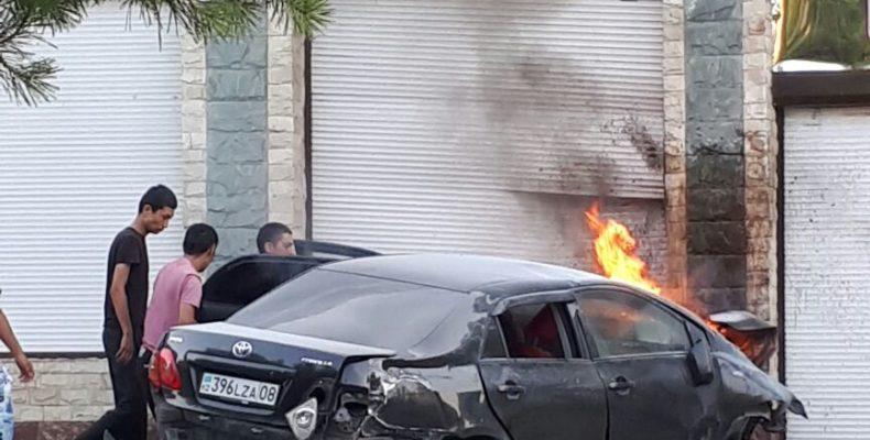 Машина врезалась в торговый центр в Таразе