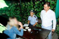 В кафе Тараза задержали посетительницу, курившую марихуану