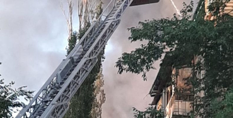 Пожар тушат в пятиэтажном жилом доме в Таразе — с места событий