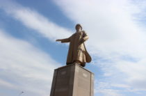 Прежний памятник акыну Жамбылу Жабаеву установили в Таразе