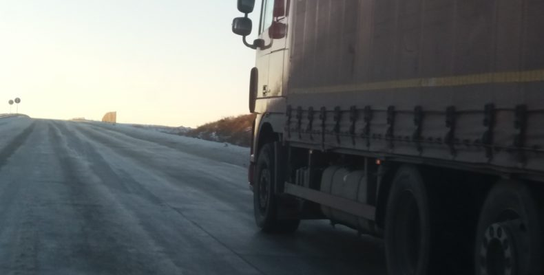 Сильный туман и отсутствие дорожных барьеров привело к массовым ДТП в Жамбылской области