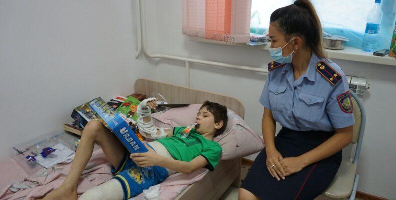 Полицейские навестили в больнице выпавшего из окна в Каратау мальчика