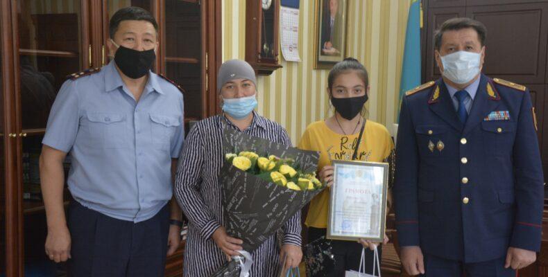 Начальник ДП Жамбылской области поздравил победителя конкурса детского рисунка