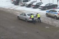 Полицейские Тараза помогли водителю сломавшегося авто