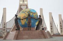Посвященный борцам с коронавирусом монумент «Biz birgemiz» появился в Таразе