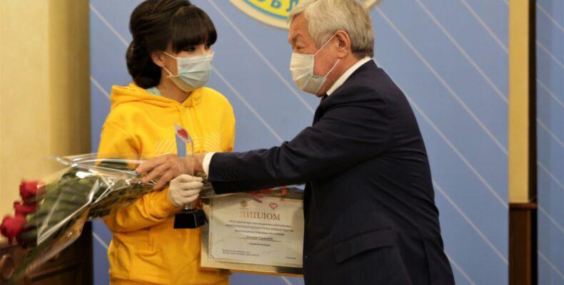 Аким Жамбылской области Бердибек Сапарбаев наградил отличившихся в регионе волонтеров