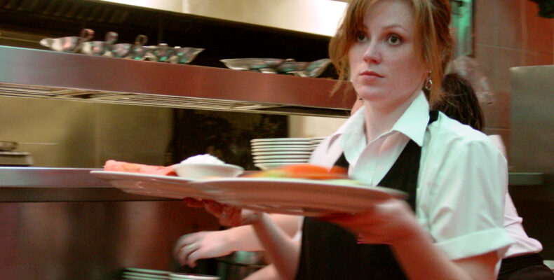Минус зарплата, плюс штраф. Как работают официанты в таразских кафе