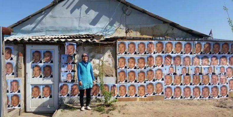 Астанчанка обклеила дом портретами Назарбаева
