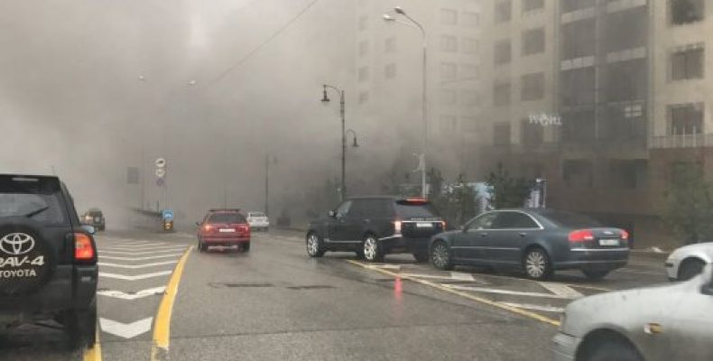 Проспект Аль-Фараби в Алматы заволокло дымом от пожара