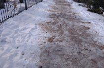 В Таразе расчищают тротуары от снега