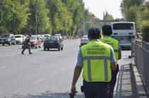 В Таразе полицейские наказывают пешеходов-нарушителей