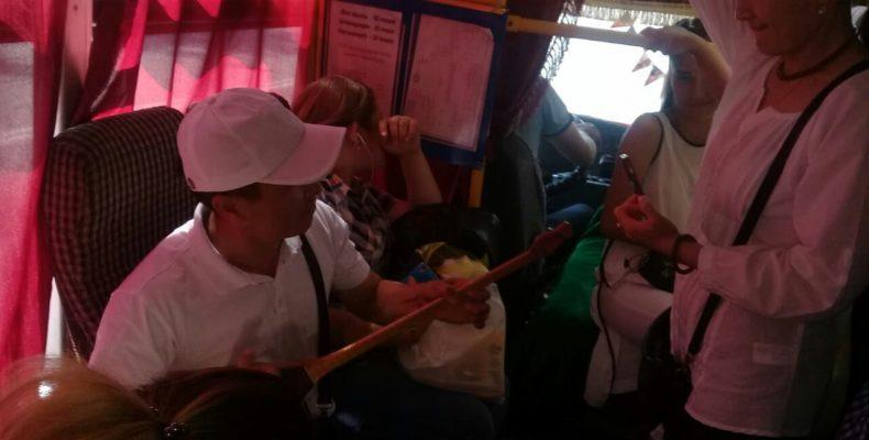 Флешмоб в автобусах и на рынках устроили в Таразе в Национальный день домбры
