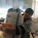 А вам слабО? — бабушка из Тараза поднимает 50-килограммовые мешки