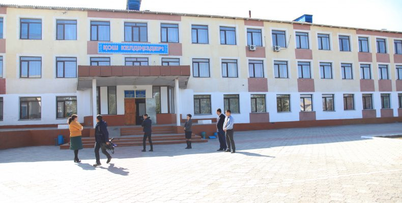 Конфуз: аким области Карим Кокрекбаев отказался входить в школу из-за ее внешнего вида