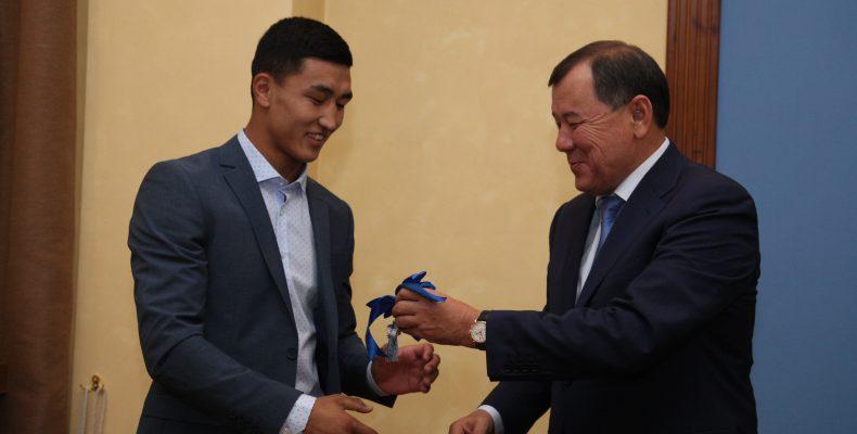 Аким Жамбылской области Карим Кокрекбаев вручил ключи от квартиры боксеру Абильхану Аманкулу