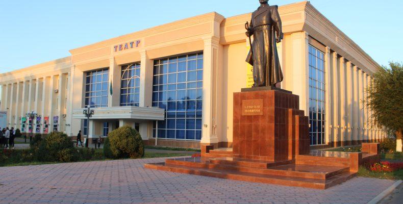 С полувековым юбилеем театр Тараза поздравил ведущий театральный режиссер Казахстана