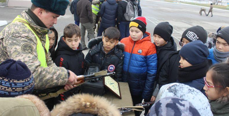 День открытых дверей провели для школьников в воинской части Тараза