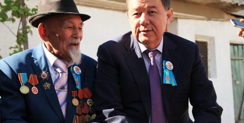 Карим Кокрекбаев поздравил ветерана Великой Отечественной войны